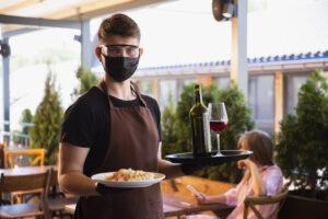 Bares e restaurantes querem recontratar, no entanto falta mão de obra qualificada